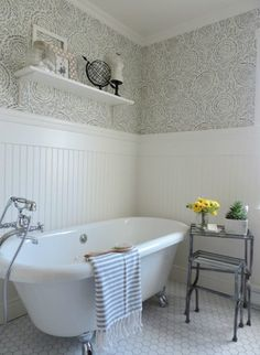 Relooker la salle de bain avec un papier peint bleu et blanc. Refresh in the bathroom with a blue and white wallpaper and this pretty clawfoot tub. Bathroom Renos, Small Bathroom, Master Bathroom, Bathroom Ideas, Bathroom Wainscotting, Blue Bathrooms, Cottage Bathrooms, Bathroom Canvas, Remodel Bathroom