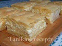 Krehký tvarohový koláčCesto:      500 g polohrubej múky;     250 g masla (margarínu);     2 vajcia;     1 prášok do pečiva;     200 g práškového cukru;     Plnka:      4 vajcia,     150 g práškového cukru;     1/2 litra mlieka;     2 balíčky vanilkového pudingu;     100 g hrozienok;     1 kg tvarohu,     šťava z 1/2 citróna.