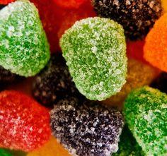 Las gomitas caseras son ideales para una fiesta infantil, seguramente a los niños les encantará. Los únicos ingredientes que deben tener a mano son 2 sobres de gelatina sin sabor, 1 sobre de gelatina del sabor que quieran, azúcar y agua.  http://www.linio.com.co/hogar/?utm_source=pinterest&utm_medium=socialmedia&utm_campaign=COL_pinterest___hogar_hogarhome_20140221_17&wt_sm=co.socialmedia.pinterest.COL_timeline_____hogar_20140221hogarhome.-.hogar