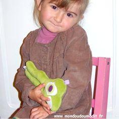 """petite fille et son doudou """"ma larme de crocodile""""  www.mondoudoumadit.fr"""