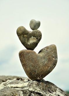 Eine Steinskulptur ,nur mit Herzsteine ist hier entstanden .
