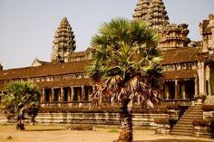 Angkor, antiga capital do grande império Khmer, é uma das mais deslumbrantes maravilhas do mundo e um sítio arqueológico de enorme importância. Localizada no sudoeste da Indochina, no meio da selva densa e nas planícies quentes e entorpecidas do oeste do Cambodia, possui templos magníficos, que nos transportam para o universo encantado e misterioso de seu requintado passado de glória.
