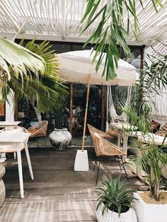 Buy Flowers Online Same Day Delivery The 30 Best Cafes In Bali - By The Asia Collective Decoration Restaurant, Deco Restaurant, Restaurant Design, Cool Cafe, Coffee Shop Design, Cafe Design, Outdoor Rooms, Outdoor Living, Outdoor Decor
