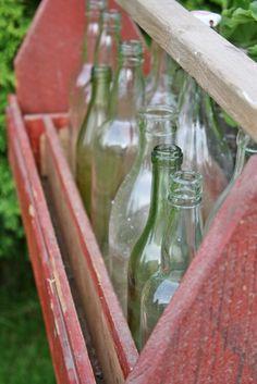 Gamle flasker har jeg på kort tid blitt en storsamler av..Her står bare et lite knippe av samlingen oppstillt i  den røde verktøykassa ...