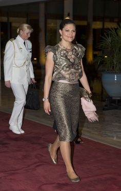 la princesa victoria de suecia llegó ayer a tanzania, etapa final de su viaje de carácter comercial a tanzania donde ya no llevó férula en una pierna