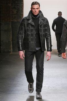 Model Asaf Ganot Sonbahar Kış 2015 koleksiyonundan bir kıyafet pist yürüyor.