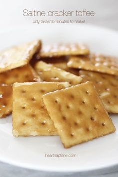 Saltine cracker toffee {gramma's recipe} by I Heart Nap Time ~ perfect snack of both salty and sweet! Sweet Recipes, Snack Recipes, Dessert Recipes, Cooking Recipes, Snacks, Easy Recipes, Drink Recipes, Köstliche Desserts, Delicious Desserts