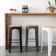 Heerlijk ontbijten aan je keukenbar doe je natuurlijk op een mooie barkruk. De MOOS Up-High barkruk heeft een strak design en is een stijlvolle toevoeging aan jouw interieur. Het kunststof frame is voorzien van een mooie, houten zitting.