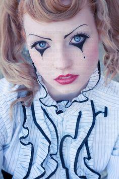 Clown makeup possible look for halloween. Costume Halloween, Halloween Make Up, Clown Costumes, Mime Makeup, Costume Makeup, Harlequin Makeup, Pierrot Clown, Porcelain Doll Makeup, Female Clown