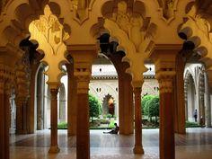 Este monumento de origen árabe fue edificado cunado Zaragoza era el reino tarifa de Saraqusta y vivía un período de esplendor. Las estancias se disponen alrededor del patio descubierto de Santa Isabel, flanqueado por arcos de herradura finalizados en capiteles de alabastro. En la actualidasd es la sede de las Cortes de Aragón.