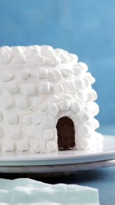 It's only logical that a marshmallow covered igloo would hide a hot chocolate cake filled with chocolate ganache inside. It's only logical that a marshmallow covered igloo would hide a hot chocolate cake filled with chocolate ganache inside. Dessert Party, Baking Recipes, Cake Recipes, Dessert Recipes, Chocolate Ganache, Chocolate Desserts, Hot Chocolate With Marshmallows, Hot Chocolate Cupcakes, Chocolate Flowers