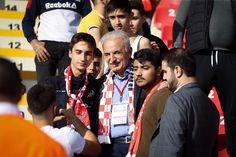 Ümraniye Belediye Başkanı İsmet Yıldırım, geçtiğimiz günlerde öğrencileri maça daveti sözü üzerine liseli öğrencilerle Ümraniyespor-Hatayspor maçını izledi. Mac, Poppy