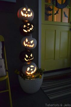Turn your home into a haunted mansion with these DIY Halloween decorations. Not only are they cheap but these DIY Halloween decorations are easy to make. Halloween Veranda, Casa Halloween, Holidays Halloween, Halloween Pumpkins, Halloween Crafts, Haunted Halloween, Creepy Halloween, Halloween Season, Vintage Halloween
