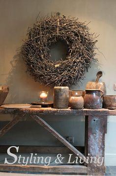 Oude werkbank wordt stoere, landelijke sidetable. Mooi sober met de oude vergrijsde potten. Showroom Styling Living