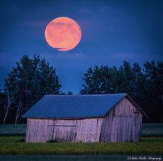 "Jukka Risikko 🇫🇮 (@jukkarisikko) på Instagram: ""August memories"".  Moon over house."