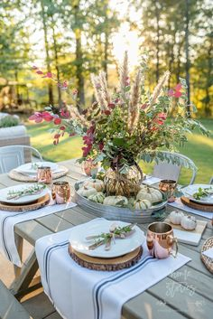 use clippings from your yard to create show stopping centerpieces - Affordable Fall Decor: 6 Tips for Southern Outdoor Patio Decorating and Fall Entertaining Fall Table, Thanksgiving Table, Hosting Thanksgiving, Christmas Tables, Holiday Tables, Outdoor Christmas, Christmas Decor, Outdoor Dining, Outdoor Tables