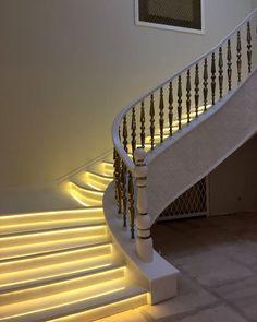 Белая лестница с подсветкой из искусственного акрилового камня. Ступени и поручни перил лестницы из акрила. Акриловый камень в дизайне лестницы, дома, интерьера.