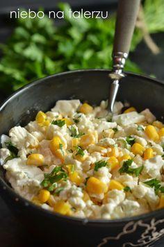Szybka i łatwa sałatka z kalafiora - pół kalafiora - pół puszki kukurydzy - dwie łyżki posiekanej natki pietruszki lub szczypiorku - łyżka majonezu - trzy łyżki gęstego jogurtu naturalnego - sól, pieprz do smaku  Z kalafiora odciąć różyczki bez łodyg i podzielić na najmniejsze lub siekać nożem w grubą kostkę. Dodać kukurydzę, natkę pietruszki lub szczypiorek i zalać sosem z wymieszanego jogurtu i majonezu. Dosolić i przyprawić pieprzem do smaku.