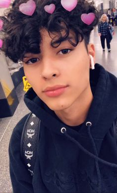 Beatiful boy to kiss and suck your lips and nipples and do love with you and to be your boyfriend and lover and suck your body nude with my lenguage and to penetrate my penis into your arses and mouthless with very love 😍. Boys Curly Haircuts, Cute Curly Hairstyles, Boys With Curly Hair, Curly Hair Men, Curly Hair Styles, Cute Lightskinned Boys, Cute Black Boys, Cute Teenage Boys, Cute Guys