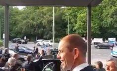 Durante su gira por la capital alemana, el Presidente fue sorprendido al salir de la Fundación Konrad Adenauer por un grupo de manifestantes que le recordó sus cuentas offshore/Video - 05.07.2016