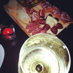 Aperitivi top..Aperitivo Clock Cafè#clocklake#umbriagram#castiglionedellago#trasimenolake#trasimeno #perugia#wine#vino#trebbianospoletino#tagliere #lagotrasimeno#pallet#bartender#bar#aperitime#enjoythecomunity by pinap87
