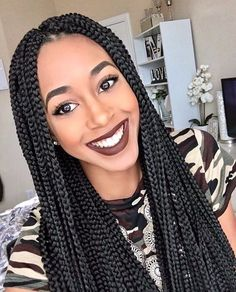 All styles of box braids to sublimate her hair afro On long box braids, everything is allowed! For fans of all kinds of buns, Afro braids in XXL bun bun work as well as the low glamorous bun Zoe Kravitz. Try On Hairstyles, My Hairstyle, Box Braids Hairstyles, Winter Hairstyles, Protective Hairstyles, Hairstyles Videos, Dreadlock Hairstyles, Hairstyles 2018, African Hairstyles