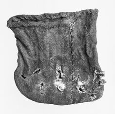 perfectly preserved linen pouch from the Norwegian site Jåtten (B4772). It is 6 cm high and contained eight pieces of weights. Dated to the Viking Age! http://www.unimus.no/felles/bilder/web_hent_bilde.php?id=13045505&type=jpeg