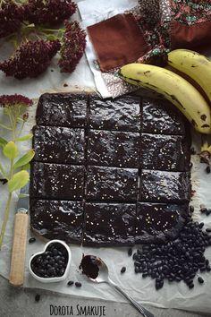 Zapraszam was dzisiaj do wypróbowania mojego przepisu na fit Brownie z fasoli, bananowe, bez mąki, bez glutenu. Smakuje dorosłym i dzieciom, poprawia humor, syci, znakomicie zaspokaja zachciankę na słodycze. Polecam!      PRZEPIS NA BROWNIE Z FASOLI Składniki na brownie z fasoli: 1 puszka (240g) fasoli czerwonej, białej lub czarnej 2 dojrzałe banany 1 jajko 1 łyżeczka proszku do pieczenia 4 łyżki cukru, ksylitolu lub erytrolu 5 łyżek kakao ciemnego polewa czekoladowa – p