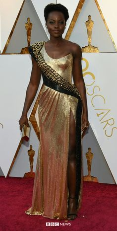 Oscars Lupita Nyong'o in custom Atelier Versace. She used presenting the Oscar for production design as a chance to voice her support undocumented migrants who are living in the USA. Allison Janney, Atelier Versace, Cultural Events, Salma Hayek, Gold Dress, Oscars, Black Is Beautiful, Movie Stars, Red Carpet