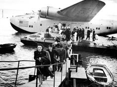 Passengers Arriving In Lisbon - Pan American's Boeing on the Tagus River in Lisbon Portugal after a 23 hour transatlantic flight from New York (sem data). Airplane Flying, Flying Boat, Belem, Amphibious Aircraft, Aeropostale, Float Plane, Pan Am, Aviation Industry, Aviation Art