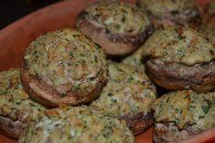 I funghi ripieni sono buonissimi: io li cucino spesso con ricotta e prezzemolo, al forno, gratinandoli per ottenere quella gustosa crosticina che li fa diventare irresistibili... uno tira l'altro! Sono buonissimi tiepidi, ma anche il giorno dopo, freddi, pronti per essere divorati in questi caldi giorni di luglio. Ricotta, Muffin, Vegetables, Breakfast, Ethnic Recipes, Oven, Morning Coffee, Muffins, Vegetable Recipes