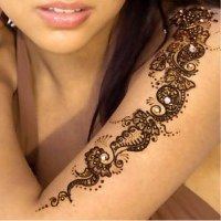 Mehndi art is 5000 years old which is prepared with the leaves of plant known as henna. The girls of all ages love to have beautiful mehndi designs on their Simple Henna Tattoo, Simple Arm Tattoos, Mehndi Tattoo, Henna Mehndi, Mehendi, Henna Tattoos, Tatoos, Mehndi Art, Pakistani Mehndi