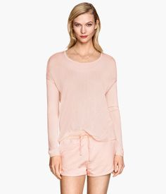 Fine-knit, oversized sweater with long sleeves. Wide-cut neckline and rounded hem. Slightly longer at back.