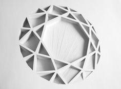 Cette série de formes géométriques en papiers découpés est signée de l'artiste espagnole aux multiples talents Elena Mir. #paperart