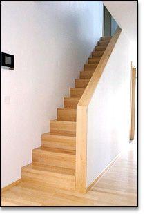 geradläufige Treppe mit gemauerter Brüstung