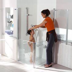 Bella Vita met tweedelige douchewanddeur maakt het gedeeltelijk openen van de deuren boven en onder mogelijk. Het voordeel: Men kan behulpzaam zijn zonder daarbij nat te worden. Het water blijft in de douche. Veiligheid en functionaliteit in geslaagde combinatie met comfort en esthetiek. Bella Vita - zeer zeker welbehagen.