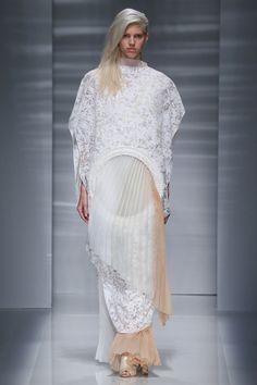 Le défilé Vionnet haute couture automne-hiver 2014-2015 http://www.vogue.fr/mariage/tendances/diaporama/les-robes-blanches-de-la-haute-couture/19558/image/1035711#!le-defile-vionnet-haute-couture-automne-hiver-2014-2015