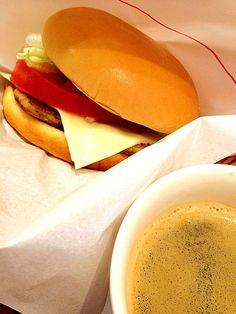 レシピとお料理がひらめくSnapDish - 9件のもぐもぐ - モーニング野菜チーズバーガー&コーヒー  #breakfast #mosburger #モスバーガー by Takashi H.