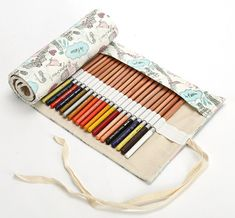 Portable Pencil Case Roll-up Bag This canvas is handmade. Very nice, useful and appreciated, this roll-up bag shows you all your colors in one look. It keeps also your precious pens securely in one place. Roll Up Pencil Case, Diy Pencil Case, Pencil Case Pattern, Diy Trousse, Cadeau Surprise, Pen Storage, Pencil Bags, It Cosmetics Brushes, Pen Case