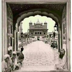 Harminder Sahib from old days.credit to allaboutsikhism Golden Temple Wallpaper, Guru Nanak Wallpaper, Harmandir Sahib, Golden Temple Amritsar, Guru Pics, Ancient Indian Art, Religious Pictures, God Is Good, Art Music