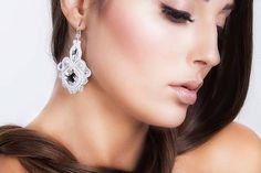 nikuske / Svadobné soutache náušnice - skladom v bielej Wedding Earrings, Wedding Bride, Unique Jewelry, Swarovski, Jewelry Making, Drop Earrings, Jewels, Handmade, Jewellery