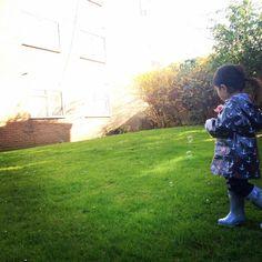 #雨の日コーデ #2歳7ヶ月  最近どハマり中の#hatley の#レインコート と水色の#hunterboots が可愛い♡ ちなみに本日のロンドンは晴れ。 マンションの庭で、シャボン玉する為だけの、#シャボン液防護服
