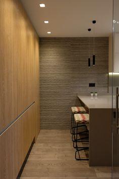 Cocina de diseño minimalista. Barra de desayunos en cuarzo gris.  Lámparas suspendidas lacadas en negro.  Revestimiento de pared en porcelánico imitación laja de piedra. Despensero en tablero de imitación madera, con tirador de uñero. Pavimento en tarima laminada. Diseño de interiores realizado y coordinado por AZ diseño. Divider, Bathtub, Room, Furniture, Home Decor, Kitchen Wood, Kitchens, Flagstone, Stools