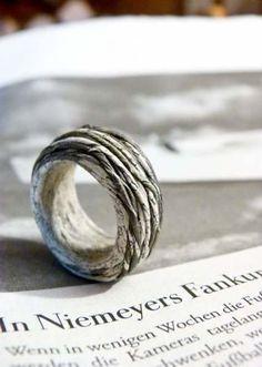 Jewelery from newspaper & paper - gallery - papierperlen - Schmuck Diy Jewelry Rings, Diy Jewelry Unique, Diy Jewelry To Sell, Paper Jewelry, Paper Beads, Diy Jewelry Making, Jewelery, Paper Rings, Paper Bracelet