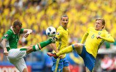 Sweden's midfielder Emil Forsberg (R) and Ireland's midfielder Glenn Whelan (L) vie for the ball during the Euro 2016 group E football match between Ireland and Sweden at the Stade de France stadium in Saint-Denis on June 13, 2016. / AFP / MARTIN BUREAU