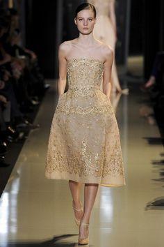Vestido com detalhes dourados de Elie Saab