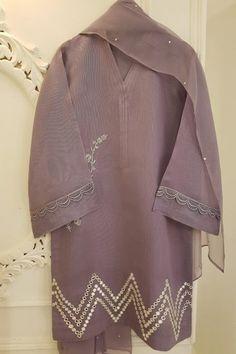 Simple Pakistani Dresses, Pakistani Dress Design, Simple Dresses, Pakistani Suits, Fashion Drawing Dresses, Fashion Dresses, Party Wear Indian Dresses, Designs For Dresses, Indian Designer Wear