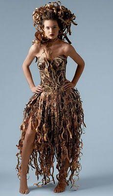 Specialdesignad klänning av toapappersrullar för invigningen av ...