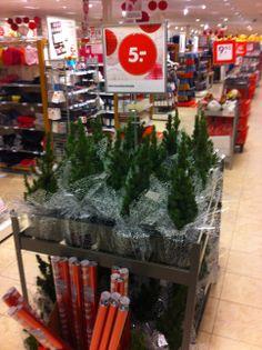 Seizoensgebonden aan kerst. Midden op het looppad en duidelijke prijsaanduiding. Sterk.