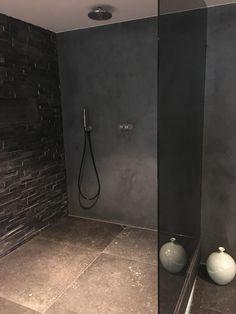 Stoer en robuust design met een donkere tint beton ciré #stuc #glaswand #microcement